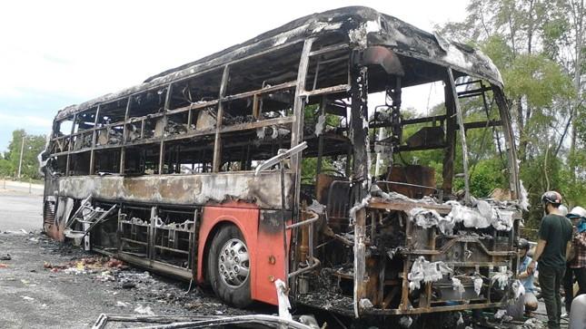Chiếc xe khách bị cháy rụi chỉ sau vài phút.