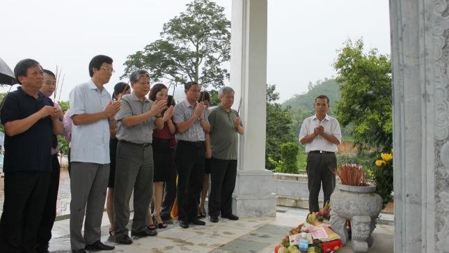 Bộ trưởng Hà Hùng Cường cùng đoàn công tác Bộ Tư pháp tới dâng hương tại Di tích lịch sử Trụ sở Bộ Tư pháp ngày 24/8/2013.