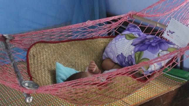 Bé Thương bị mẹ bỏ từ ngày mới hơn một tháng tuổi