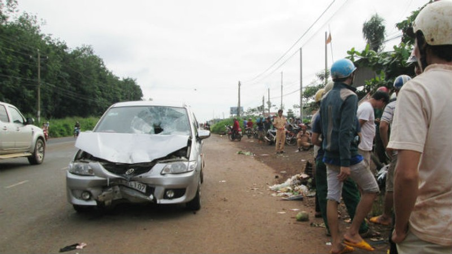 Hiện trường nơi tài xế lái xe hơi tông chết tên cướp