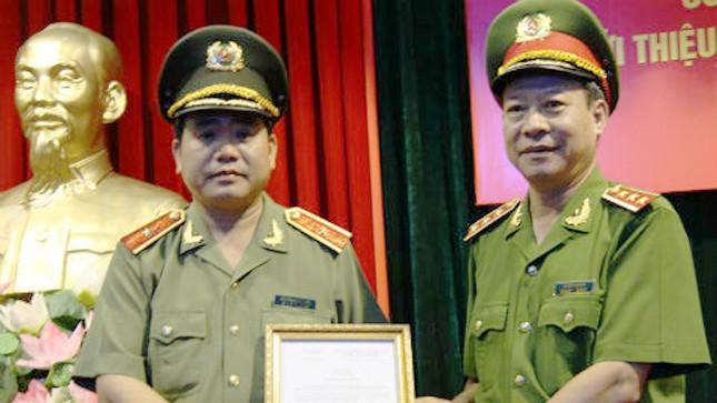 Thứ trưởng Lê Quý Vương trao thư khen cho Giám đốc Công an TP Hà Nội. (Ảnh: Cổng thông tin điện tử Bộ Công an).