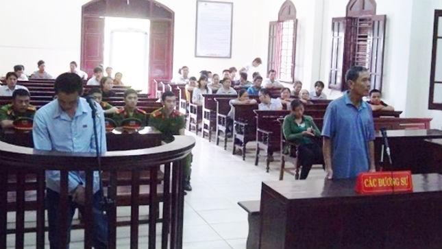 Bị cáo Võ Văn Thế và cha trong phòng xử.