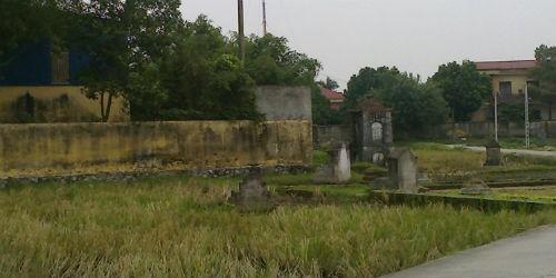 Vị trí ngôi mộ nay đã được doanh nghiệp xây dựng nhà xưởng, bên ngoài vẫn còn nhiều ngôi mộ.