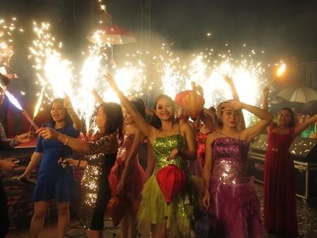 Lễ hội hóa trang đường phố trong dạ hội chào năm mới tưng bừng vui bên bờ sông Hoà