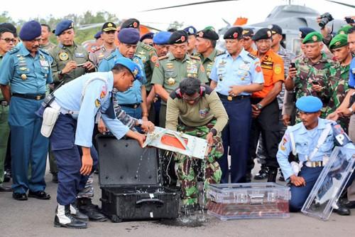 Vì sao hộp đen máy bay AirAsia được ngâm trong nước ngọt?
