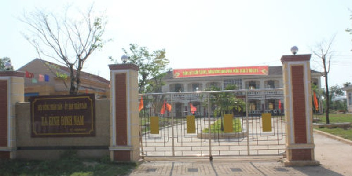 """Trụ sở UBND xã Bình Định Nam, nơi viên công an xã bị tố cáo là """"côn đồ hung hăng"""" công tác."""