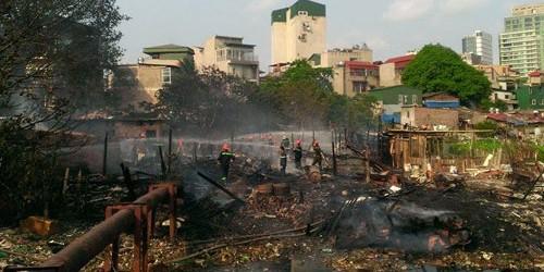 Toàn bộ khu nhà đã bị lửa thiêu rụi. Ảnh: Hoàng Phương.