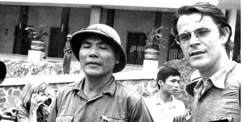 Nhà báo Gallasch và Chính ủy Bùi Văn Tùng