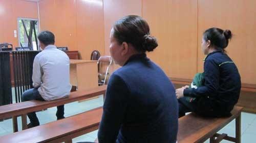 """Mẹ con bị hại đến dự phiên tòa xử """"con rể hụt""""."""