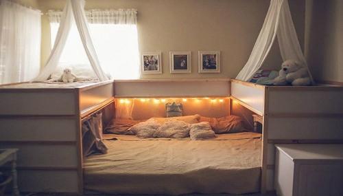 Cách bố trí giường ngủ của gia đình chị Elizabeth: Hai giường tầng hai bên cho 4 con lớn, bé út nằm cùng bố mẹ ở giữa. Ảnh: The Sun.