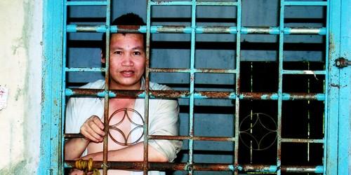 Người đàn ông hóa điên sau bốn ngày bị bắt oan