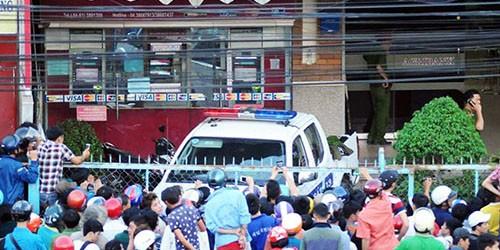 Hàng trăm cảnh sát bao vây kẻ cố thủ trong ngân hàng
