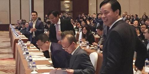 Doanh nhân Quách Quảng Xương (thứ hai từ phải sang), xuất hiện trở lại trong cuộc họp tại Thượng Hải ngày 14/12/2015.