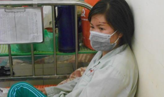 Chị Nhi đeo khẩu trang che những vết thương trên mặt