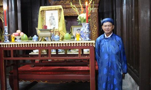 Nguyễn Phước Bảo Tài v bên bàn thờ vua Thành Thái