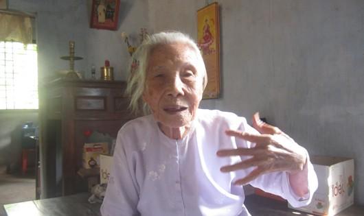 Bà Trần Thị Sương trước căn nhà của mình ở ấp Trường Lưu.