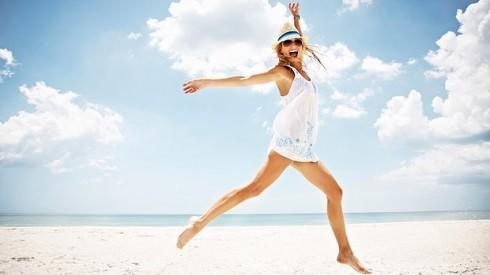 Động tác nhảy lên cao cũng là gợi ý không tồi để sở hữu những bức ảnh ở biển vô cùng năng động