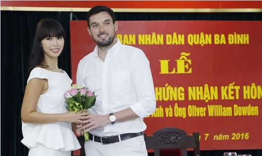 Long trọng lễ trao giấy chứng nhận đăng ký kết hôn của Hà Anh