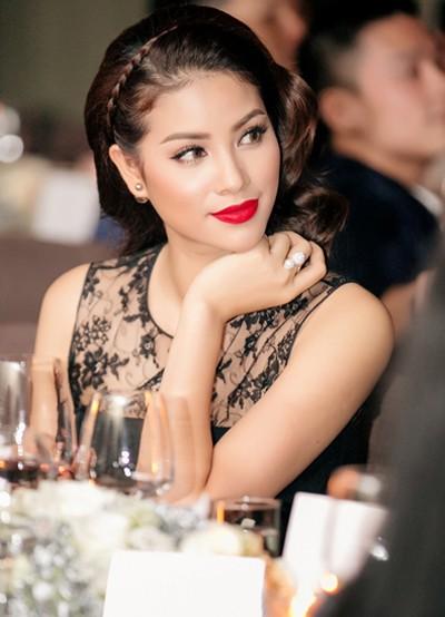 ly-nha-ky-pham-huong-trang-diem-dep-voi-phong-cach-doi-lap-1