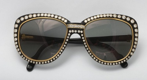 Mắt kính Cartier Paris 18K Gold Cartier là thương hiệu chuyên về trang sức cao cấp đến từ Paris (Pháp). Ngoài trang sức, hãng còn làm cả mắt kính và trang trí nó như một món trang sức xa xỉ. Đúng với tên gọi, kính Paris 18K Gold có thiết kế bằng vàng 18 carat và đính kim cương xung quanh gọng kính. Nó có giá khoảng 550 triệu đồng, cái giá đủ để mua một chiếc xe hơi.