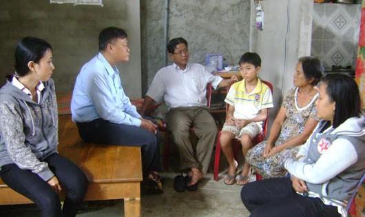 Ông Trương Văn Trầm (người ngồi kế cháu Vĩ) động viên cháu đi học vì tương lai của mình (ảnh: Tuấn Thành)