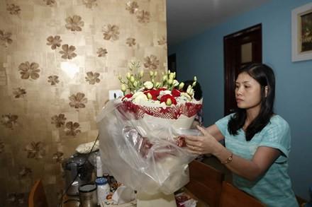 Vợ xạ thủ Hoàng Xuân Vinh bên bó hoa tặng chồng.