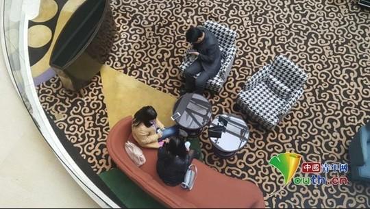 Trong một khách sạn sang trọng ở Bắc Kinh, hai bên bán và mua trứng gặp nhau thương lượng.
