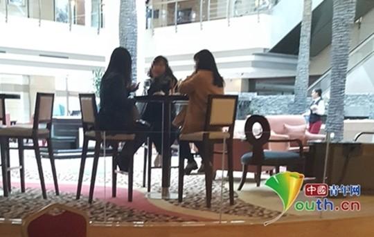 Một cuộc thương lượng giữa người mua, kẻ bán và môi giới tại một khách sạn.