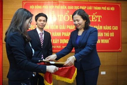 Bà Hồ Xuân Hương, Phó Giám đốc Sở Tư pháp Hà Nội trao giải Nhất cho thí sinh Lã Đức Việt.