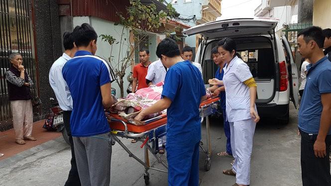 Sau mổ, bệnh nhân được vận chuyển bằng xe cấp cứu 115 về Bệnh viện Phụ sản - Ảnh: HÀ DUNG