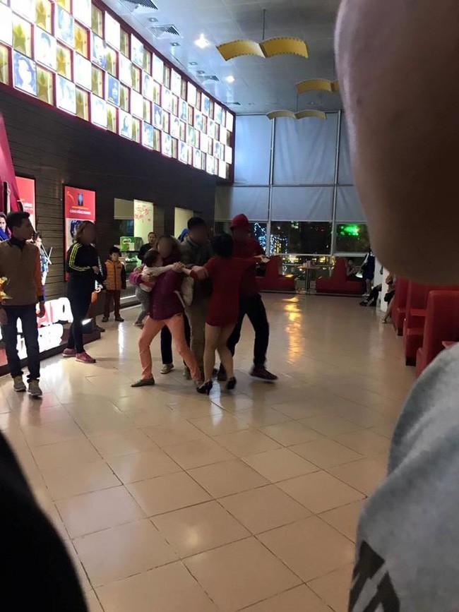 Người phụ nữ tố bị chồng cùng người nhà đánh đập, giật con nhỏ từ tay mình tại rạp chiếu phim ở Hà Nội - Ảnh 4.