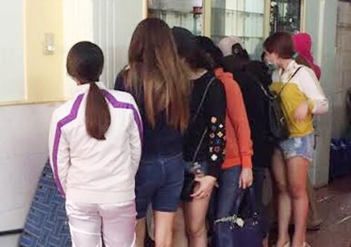 Nhiều 'chân dài' bán dâm trong tiệm hớt tóc ở Sài Gòn