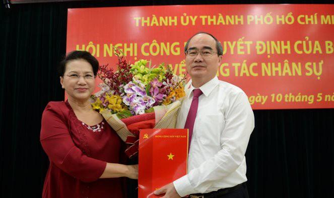 Chủ tịch Quốc hội Nguyễn Thị Kim Ngân trao quyết định cho tân Bí thư thành ủy TP.HCM Nguyễn Thiện Nhân (Ảnh: Tuổi trẻ)