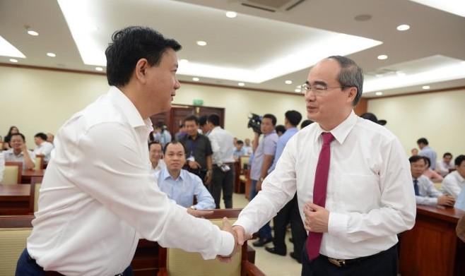 Ông Đinh La Thăng và ông Nguyễn Thiện Nhân tại Hội nghị công bố trao quyết định của Bộ Chính trị về công tác nhân sự - (Ảnh: Thuận Thắng - Tuổi trẻ)