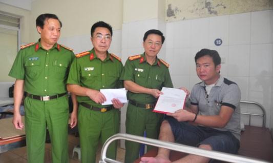Trao thưởng cho chiến sỹ bị thương khi truy bắt ma túy