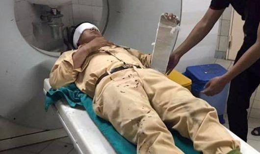 Trung úy Nguyễn Mạnh Tuấn được kiểm tra sức khỏe sau vụ va chạm. Ảnh:Facebook.
