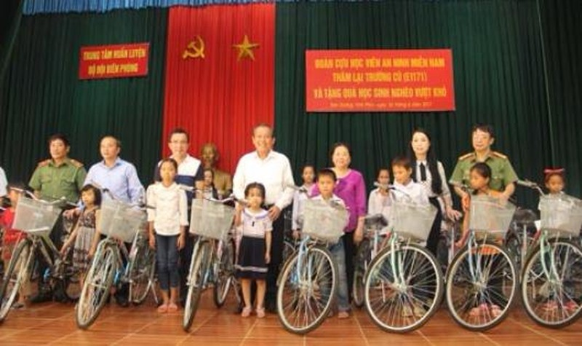 Phó Thủ tướng Trương Hòa Bình cùng các đại biểu trao xe đạp và quà cho các em học sinh nghèo vượt khó xã Đồng Tĩnh và xã Đại Đình. Ảnh: VGP/Lê Sơn