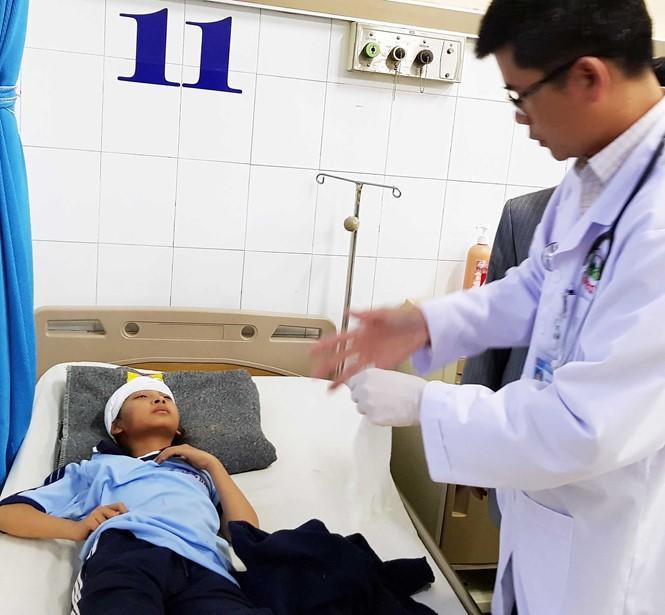 Sập sàn nhà phòng học, 10 học sinh lớp 6 bị chấn thương - ảnh 1