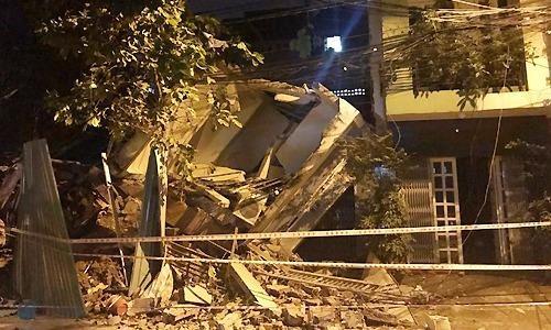 Căn nhà ba tầng đổ sụp trong đêm đè bẹp nhà hàng xóm. Ảnh:Quốc Thắng.