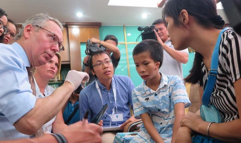 """BV Hồng Ngọc kết hợp tổ chức """"Facing the world"""" phẫu thuật dị tật miễn phí cho trẻ em nghèo"""