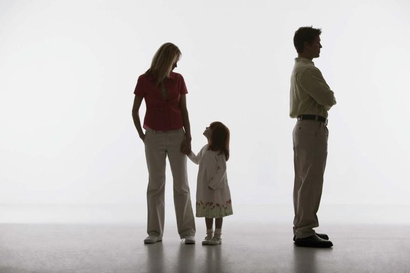 Bố không chịu cấp dưỡng nuôi con, mẹ phải làm thế nào?