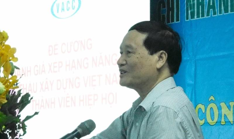 Ông Dương Văn Cận, phó chủ tịch kiêm tổng thư ký VACC trình bày đề cương xếp hạng năng lực nhà thầu xây dựng Việt Nam. Ảnh: Võ Anh Tuấn.