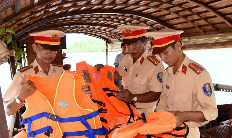Lực lượng Cảnh sát giao thông đường thủy – Công an TP Cần Thơ kiểm tra các phương tiện cứu sinh trên địa bàn TP Cần Thơ.