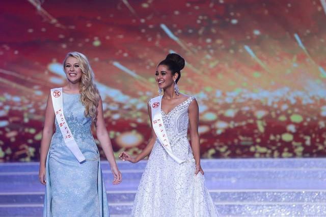 Hoa hậu Anh và Hoa hậu Pháp rạng ngời trên sân khấu.