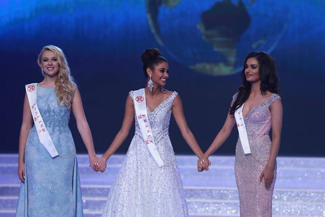 Hoa hậu Anh, Pháp và Ấn Độ cùng chờ đợi phần thi ứng xử để chọn ra ba người đẹp nhất.