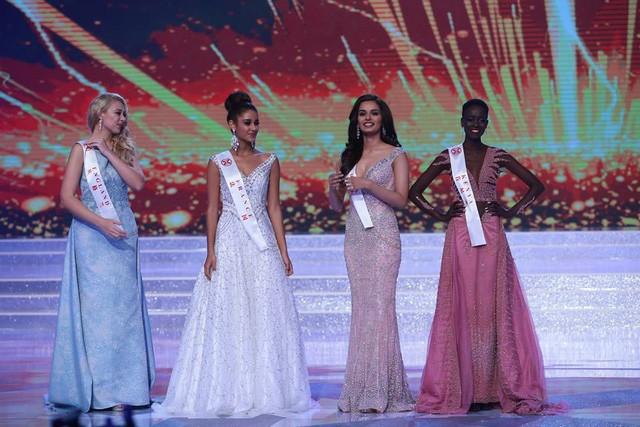 Từ trái sang: Hoa hậu Anh, Pháp, Ấn Độ và Kenya bước vào phần thi ứng xử.