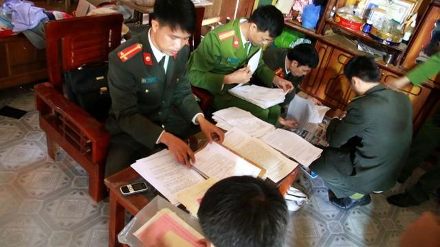 Cơ quan an ninh điều tra tỉnh Sơn La thực hiện khám xét nhà ông Đèo Văn Ban (Ảnh: Báo Tuổi trẻ)