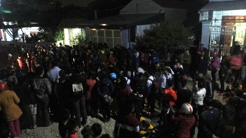 Người dân phẫn nộ tập trung tại nhà anh Thuận tối 28/11 khi nghe tin bà nội chính là thủ phạm giết cháu bé.