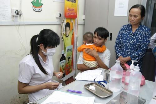 Khi bị cảm cúm, không tự ý dùng thuốc hạ sốt mà cần sự tư vấn của bác sĩ chuyên khoa. Ảnh: TM