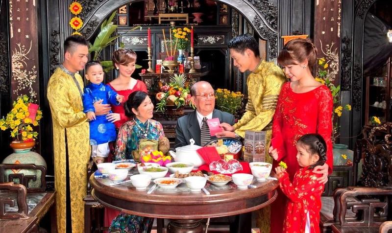 Tết Nguyên Đán là dịp để mọi người được ăn ngon, mặc đẹp, vui chơi mà điều quan trọng là trong trái tim mỗi con người Việt Nam, tết cổ truyền mang ý nghĩa của sự sum vầy, đoàn tụ (Ảnh minh họa, nguồn: Internet)